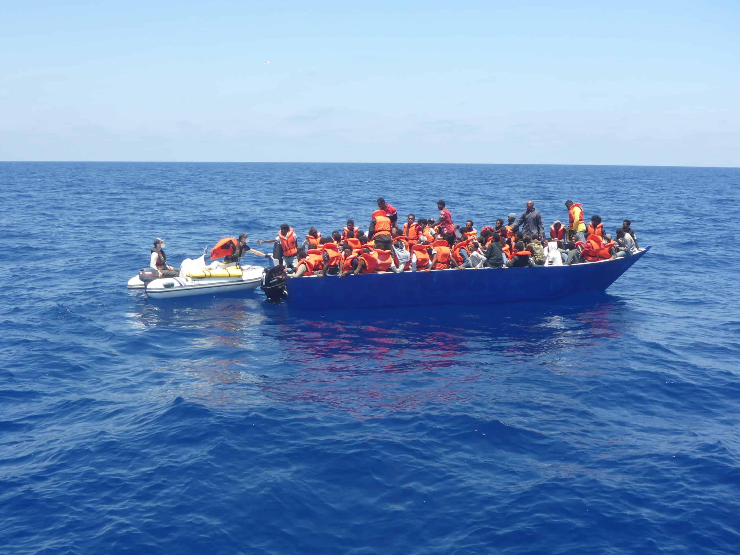 Holzboot-Rettungswesten ausgeben