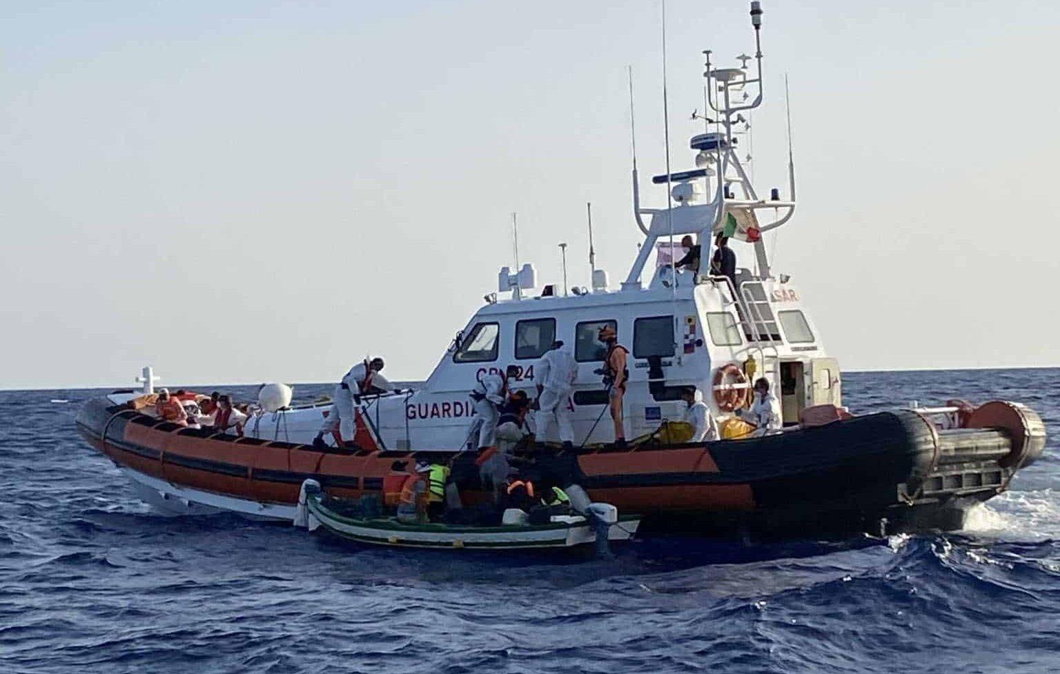 ICG evakuiert Holzboot mit 14 Menschen
