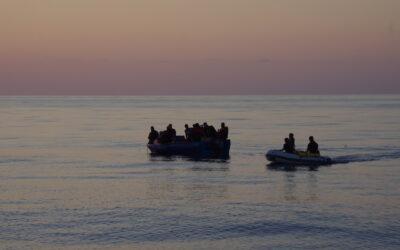 Holzboot mit 22 Menschen in Seenot – Nadir übernimmt Erstversorgung