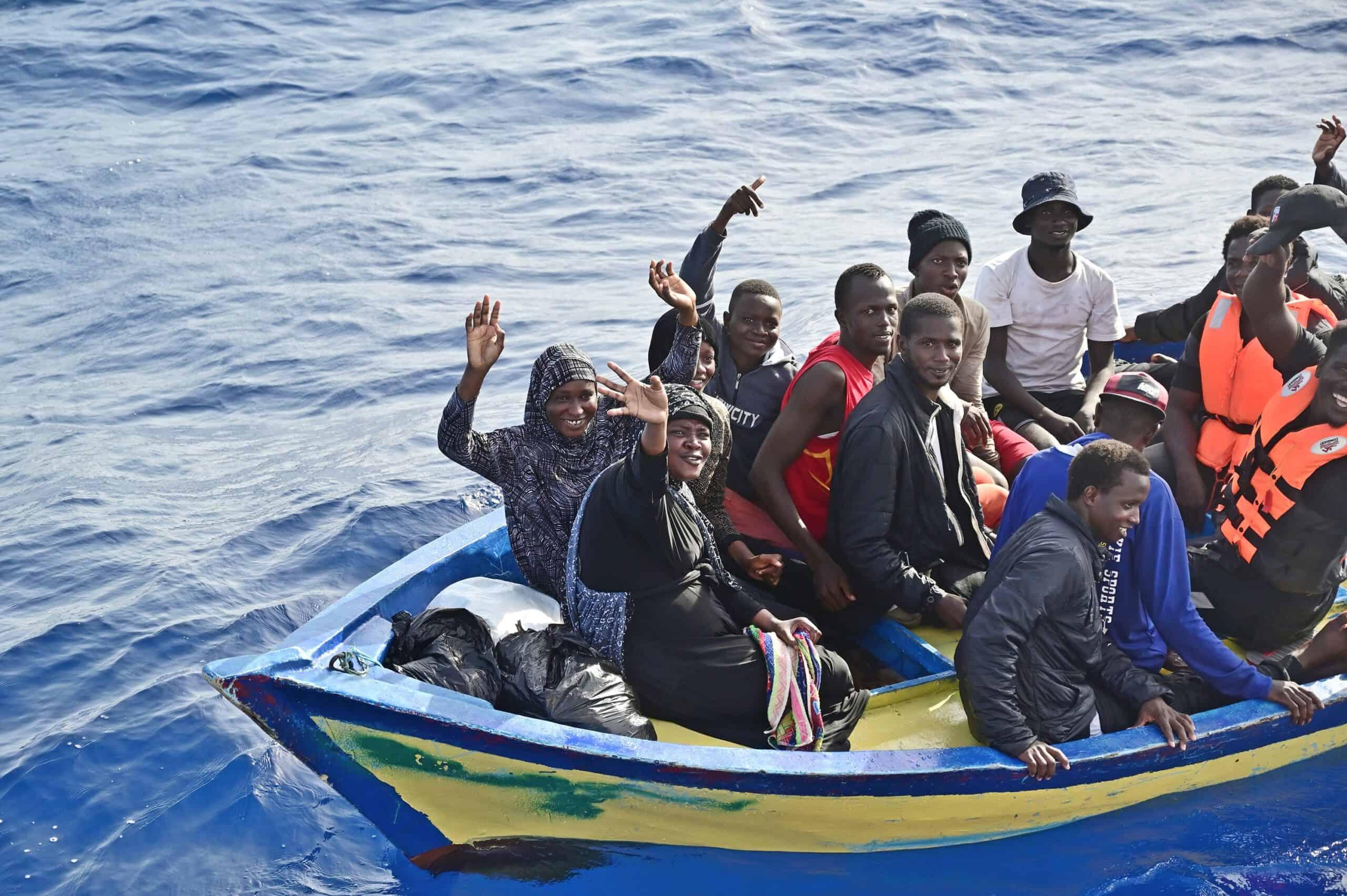 25 Menschen in Holzboot