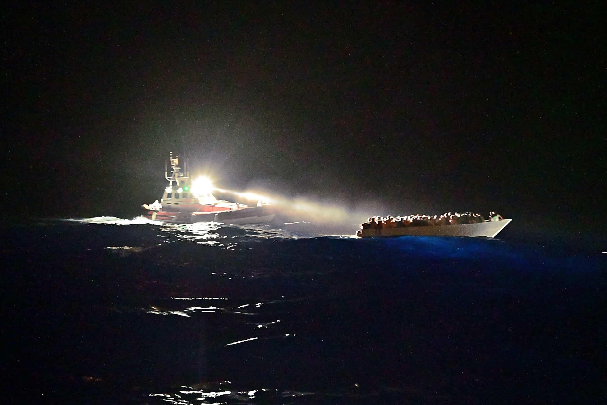 Übergabe an italienische Küstenwache nachts