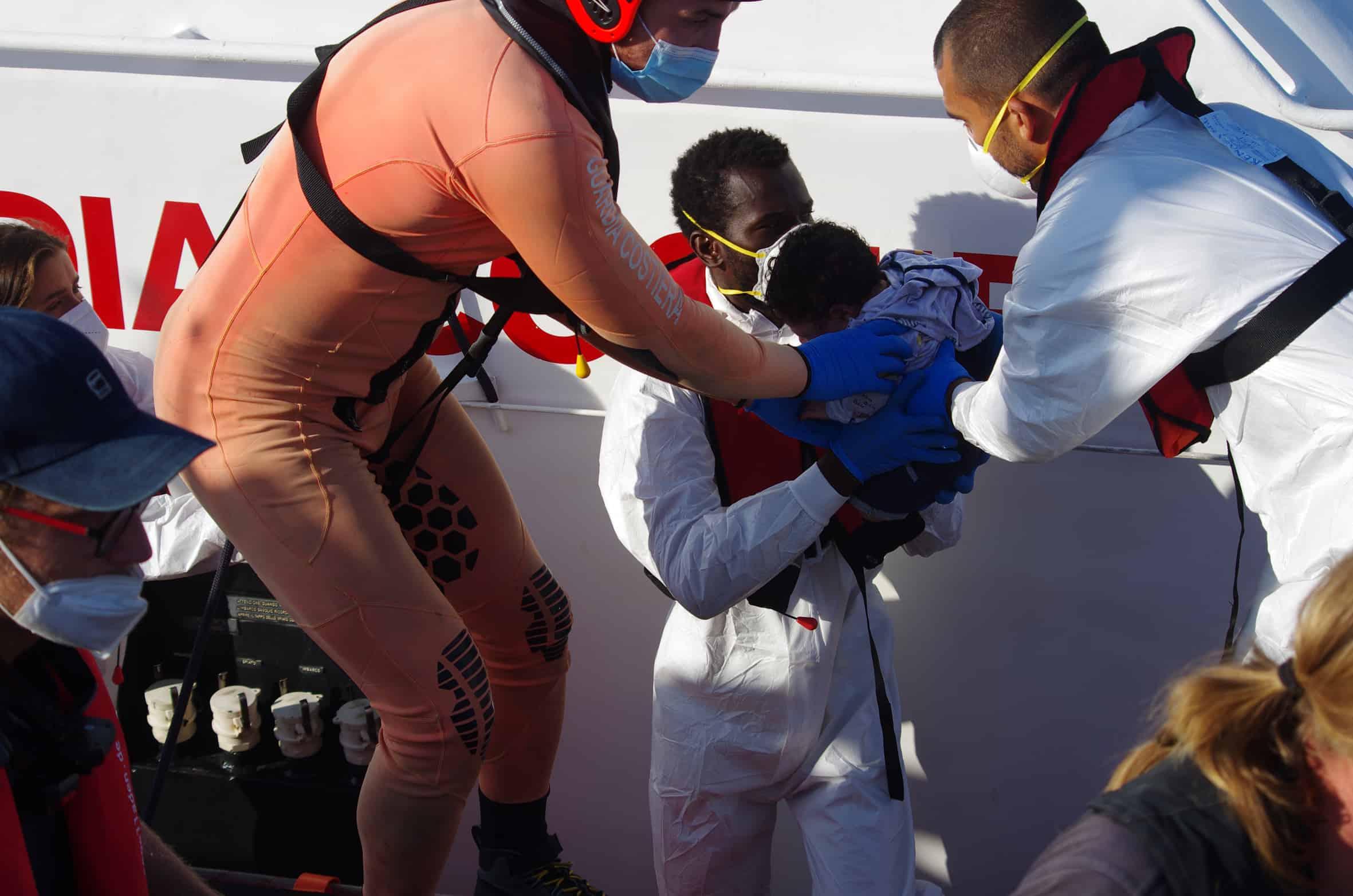 Übergabe Baby an Küstenwache