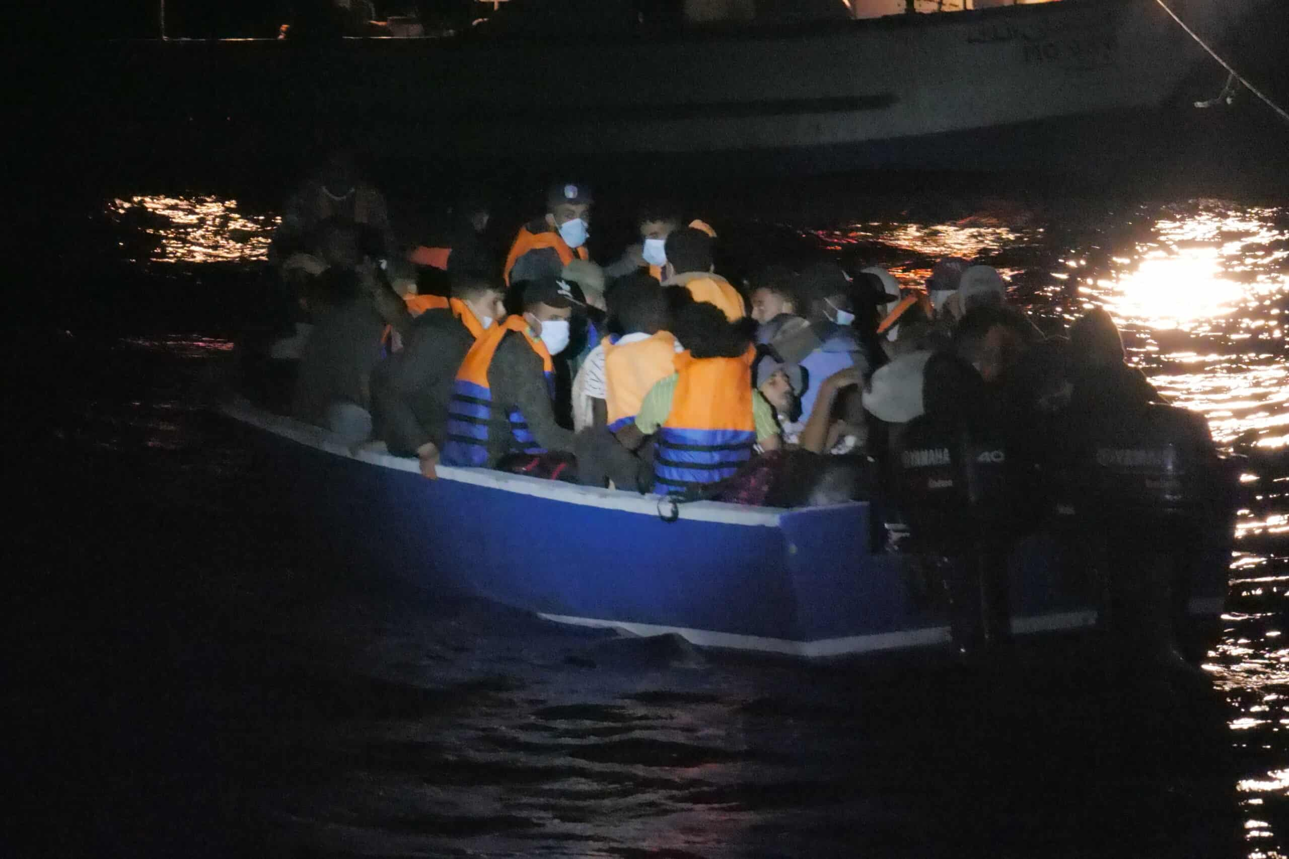 Boot mit 27 Menschen