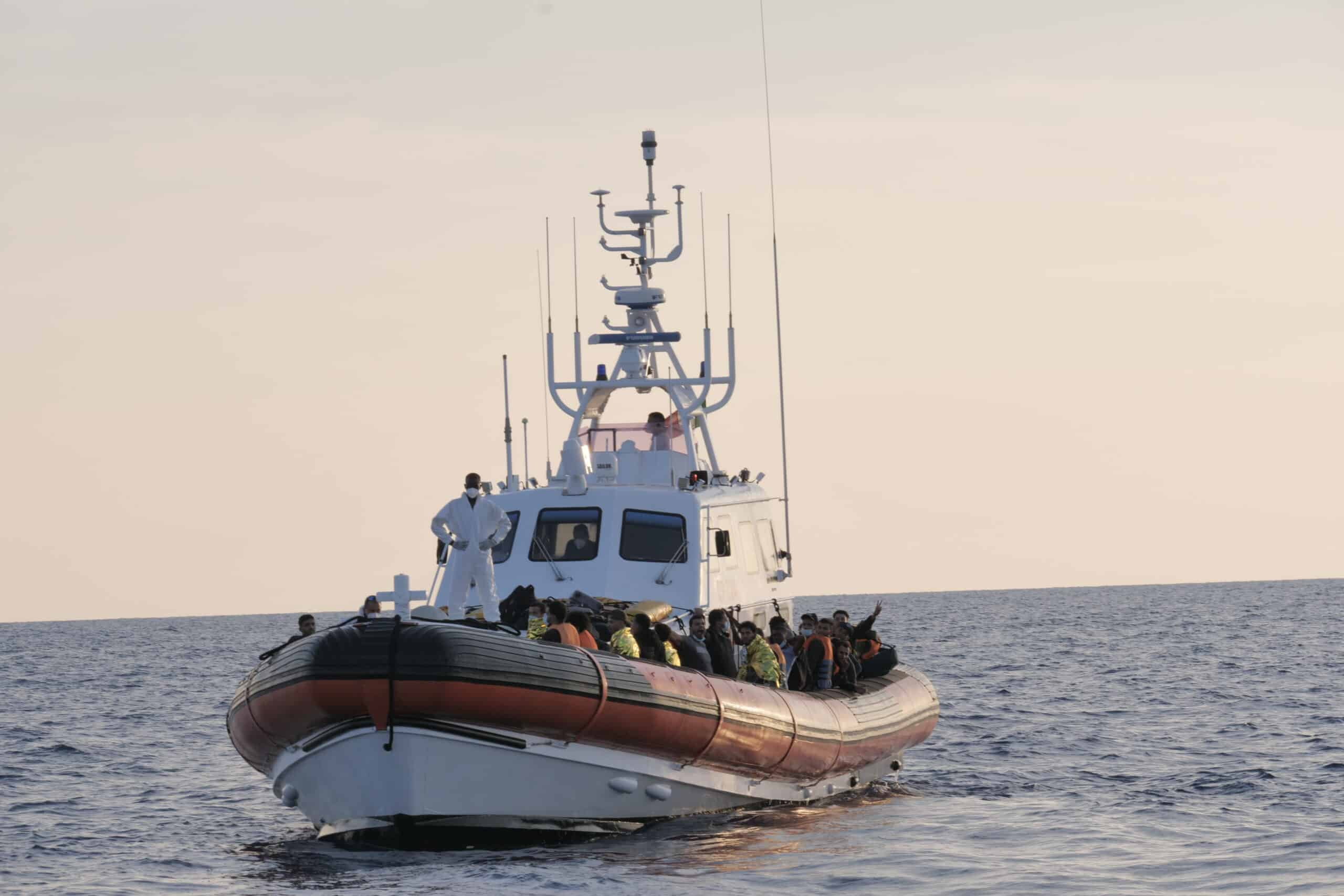 It. Küstenwache mit Flüchtlingen an Bord